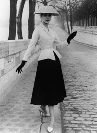 Christian-Dior-new-look-apres-guerre-1948-mode-quais-de-la-Seine-Paris-France-Europe.