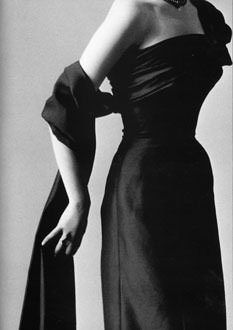Dior-collection-automne-hiver-1953-robe-fourreau-Paris-France-Europe.