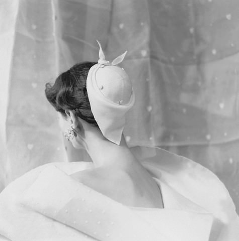 Givenchy-chapeau-1954-Givenchy-haute-couture-Paris-France-Europe.